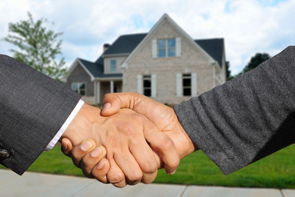 huis verkopen en bod accepteren via handdruk
